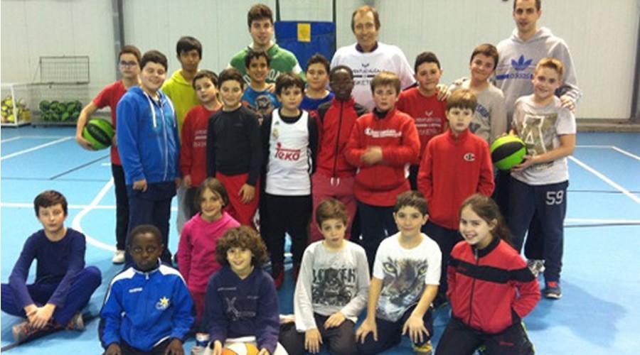 El mítico Jose Luis Llorente visita a los jugadores del Juventud Alcalá